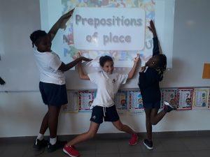 Alunos da 3ª. classe estudando as Preposições de Lugar.
